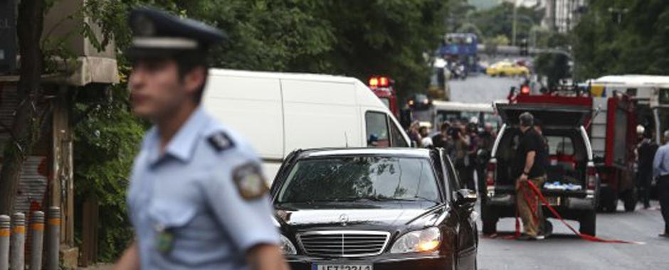 151 - Grecia, ex premier Papademos ferito in esplosione. Lettera-bomba nella sua auto: non è in pericolo di vita (151)