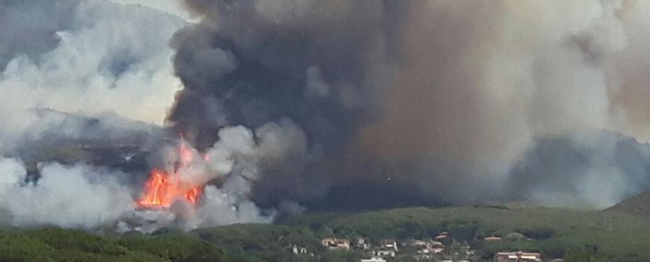 192 - Ancora roghi sul Vesuvio. Chiuse vie d´accesso, turisti e residenti bloccati, case evacuate. (192)