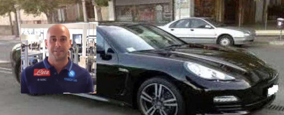 82 - Napoli. Reina in sosta selvaggia blocca il traffico e lascia i documenti ai vigili (82)