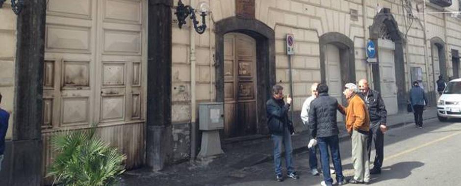 90 - Torre Annunziata. Incendiano l´ingresso del Comune. (90)